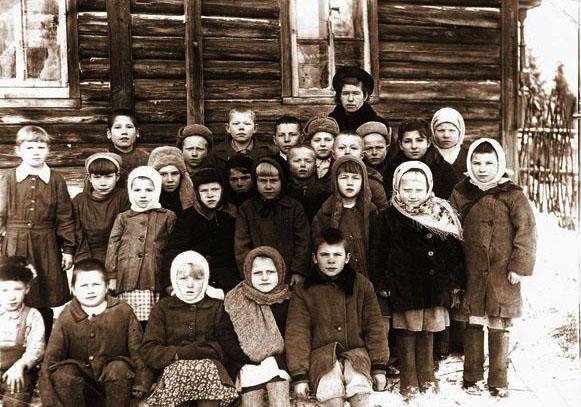 http://www.rusproject.org/pages/analysis/analysis_11/images/foto_sem_albomi_20_50.html/selsk_shkola_volog_obl_1947.jpg